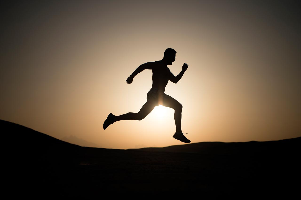 hombre-silueta-correr-postura-brazos-piernas - Escuela de