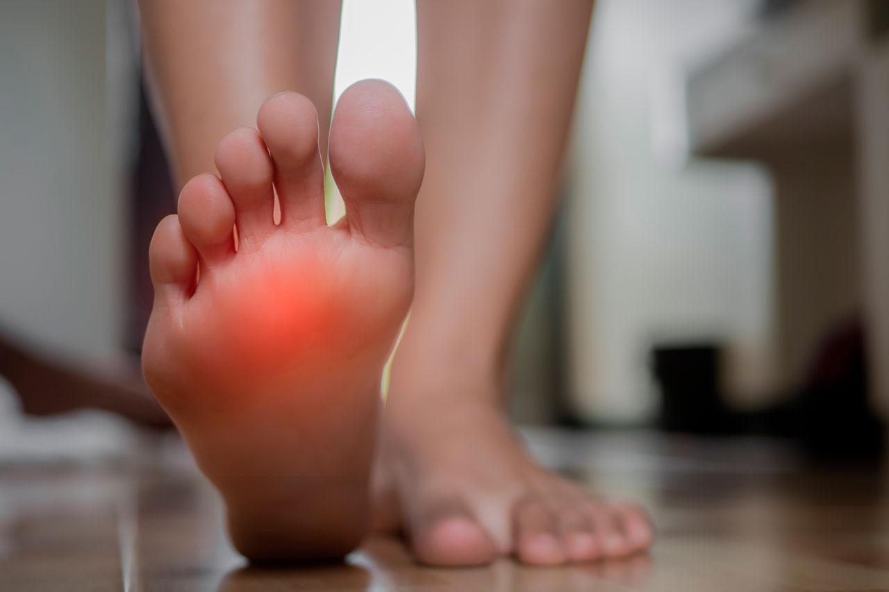 Dolor entre la planta del pie y los dedos