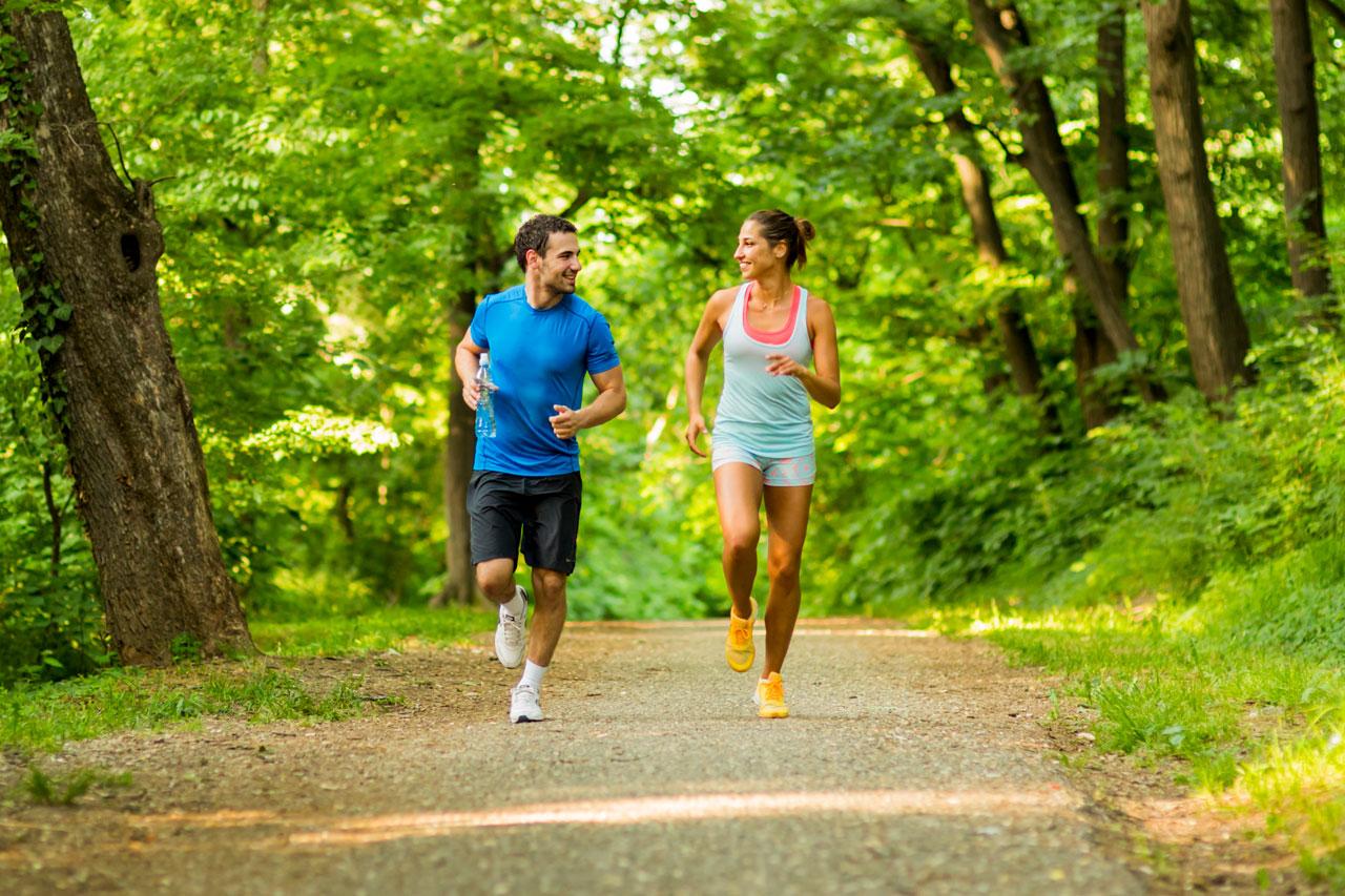 pareja-vacaciones-correr-acompañado-iniciar-running-maestro ...